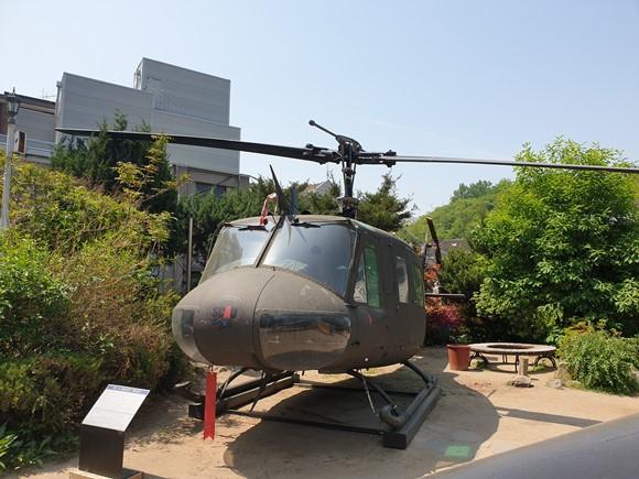 항공정비과 학생들은 실제 UH-1H 헬기를 가지고 실무를 익히고 있다.